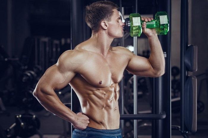 bodybuilder-drinking-water